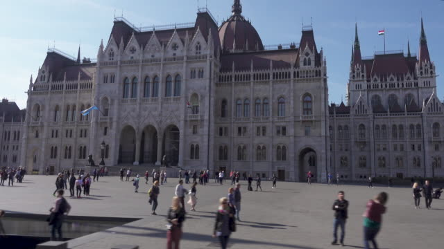 budapest parliament of hungary dolly shot - dolly shot点の映像素材/bロール