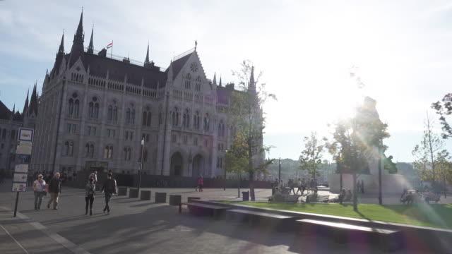 vídeos de stock, filmes e b-roll de budapest parliament of hungary dolly shot - ponto de vista de bonde