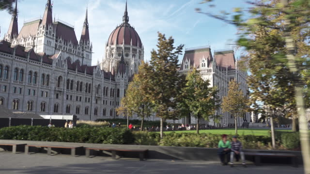 budapest parliament of hungary dolly shot - ハンガリー文化点の映像素材/bロール