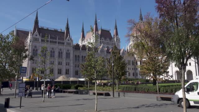 vídeos de stock, filmes e b-roll de budapest parliament of hungary tram point of view - ponto de vista de bonde