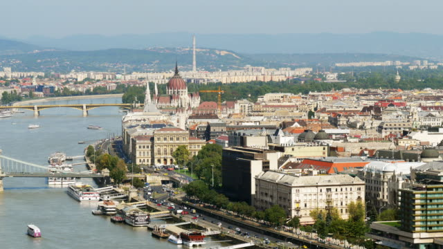 budapest-pest-skyline - chain bridge suspension bridge stock-videos und b-roll-filmmaterial