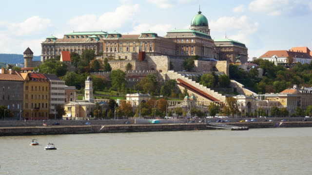 vídeos y material grabado en eventos de stock de budapest royal palace of buda viewed from danube riverbank - budapest