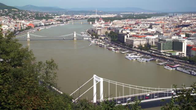 ブダペストのスカイラインと国会議事堂 - 鎖橋点の映像素材/bロール