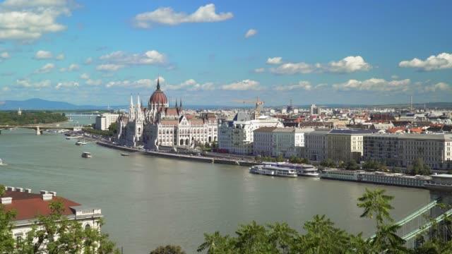 vídeos de stock e filmes b-roll de budapest skyline in late summer - ponte széchenyi lánchíd