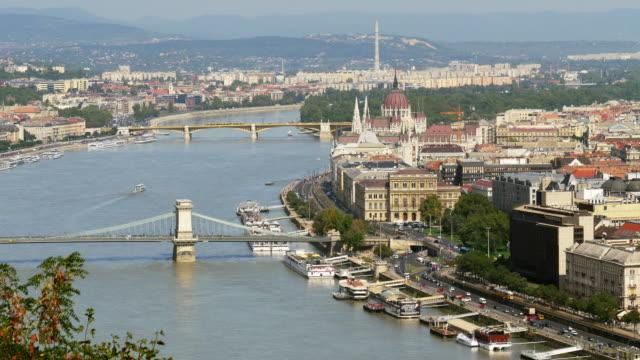 ブダペスト鎖橋と国会議事堂スカイライン - 鎖橋点の映像素材/bロール
