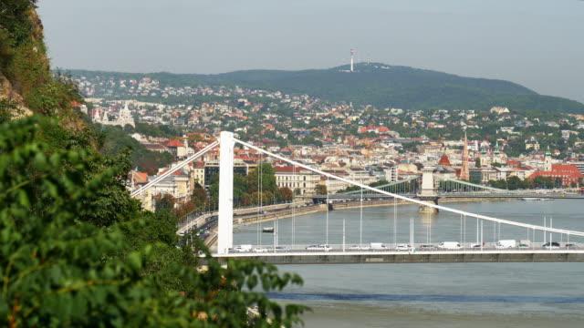 エリザベート橋とブダペストのスカイライン - 鎖橋点の映像素材/bロール