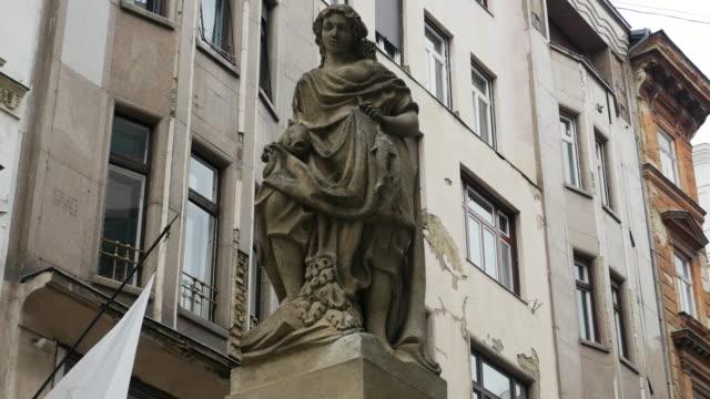 vídeos y material grabado en eventos de stock de estatua de budapest de la chica de fisher (fischer rézi) de kristóf tér - budapest