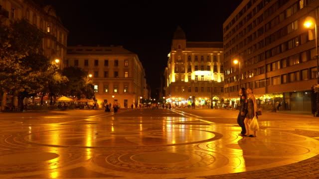vidéos et rushes de budapest szent istván tér at night - budapest