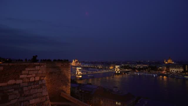 vidéos et rushes de touristes de budapest regarde un buda skyline de nuit - pont à chaînes pont suspendu