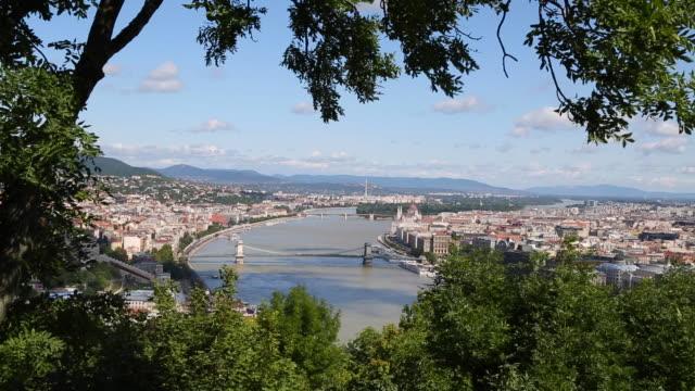 vídeos y material grabado en eventos de stock de budapest, view of the city from the hill - puente de las cadenas de széchenyi