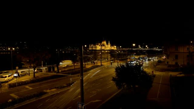 Boedapest Westelijke Jordaanoever weg en het gebouw van het Parlement bij nacht
