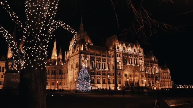 冬の日に夜に国会議事堂とブダペスト。クリスマスライトデコレーション - ブダペスト点の映像素材/bロール