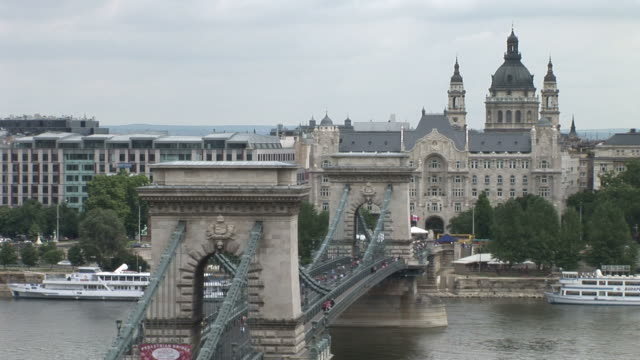 budapestchain bridge in budapest hungary - chain bridge suspension bridge stock-videos und b-roll-filmmaterial