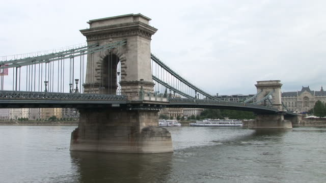 budapestchain bridge over danube river in budapest hungary - chain bridge suspension bridge stock-videos und b-roll-filmmaterial
