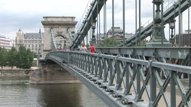 stockvideo's en b-roll-footage met budapestchain bridge over danube river in budapest hungary - traditionally hungarian