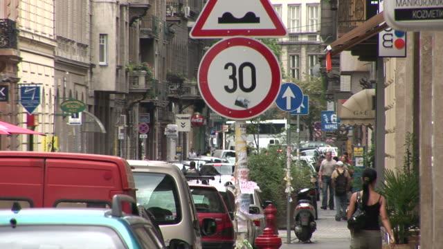 vidéos et rushes de budapestcity street in budapest hungary - culture hongroise