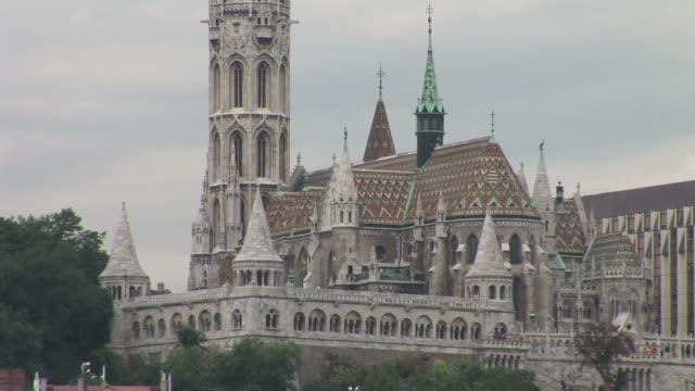 budapestfront view of mattias church in budapest hungary - 宗教施設点の映像素材/bロール