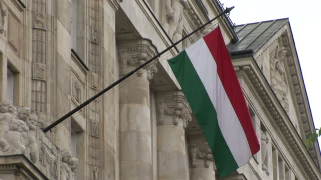 vidéos et rushes de budapesthungarian flag flapping in budapest hungary - culture hongroise
