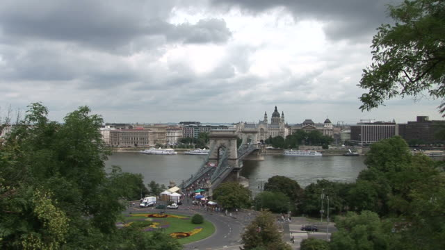 budapestlong view of chain bridge in budapest hungary - chain bridge suspension bridge stock-videos und b-roll-filmmaterial