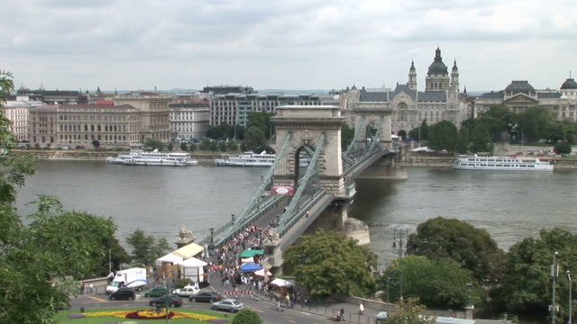 stockvideo's en b-roll-footage met budapestlong view of chain bridge in budapest hungary - chain bridge suspension bridge