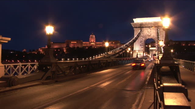budapestnight view of chain bridge and budapest royal palace in budapest hungary - chain bridge suspension bridge stock-videos und b-roll-filmmaterial
