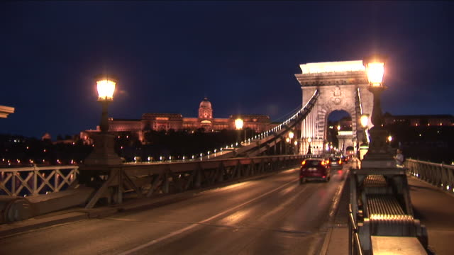 stockvideo's en b-roll-footage met budapestnight view of chain bridge roadway in budapest hungary - chain bridge suspension bridge