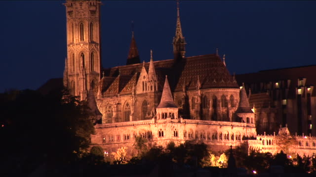 budapestnight view of matthias church on castle hill in budapest hungary - 宗教施設点の映像素材/bロール