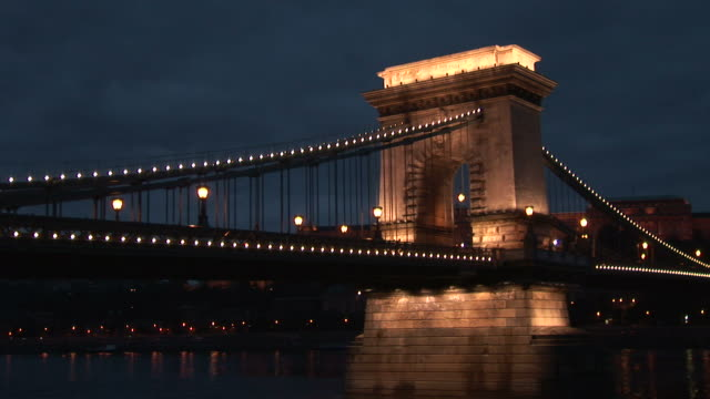 budapestside view of chain bridge in budapest hungary - chain bridge suspension bridge stock-videos und b-roll-filmmaterial