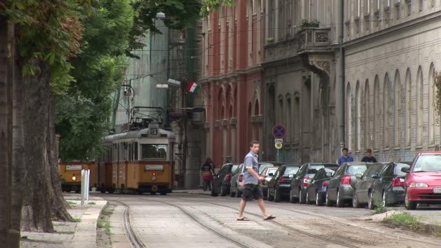 vídeos y material grabado en eventos de stock de budapesttram passing in the street of budapest hungary - cultura húngara