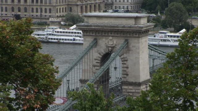 budapestview of chain bridge over danube river in budapest hungary - chain bridge suspension bridge stock-videos und b-roll-filmmaterial