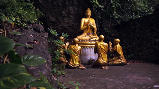 ホット スポット、ルアンパバーンをルアンパバーン、ラオス、仏陀と初心者の修道士像を拡大します。 - 金箔点の映像素材/bロール