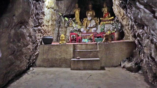 vídeos de stock, filmes e b-roll de santuário de buda gruta caverna, wat tham phousi, luang prabang, laos - grotto cave