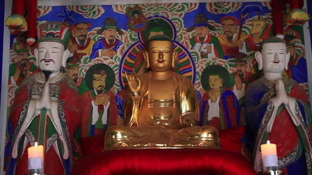 ms zo buddha statue in temple / sokcho, gangwondo, south korea  - figura maschile video stock e b–roll
