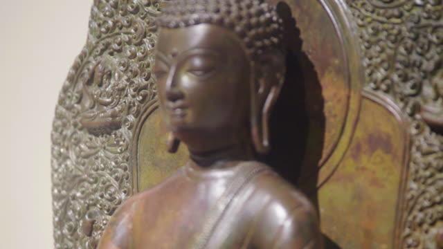 vidéos et rushes de statue de bouddha dans le temple - sculpture production artistique