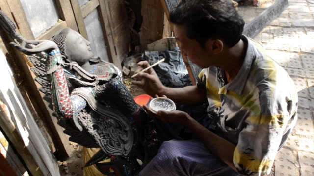 vidéos et rushes de buddha statue making in mandalay, myanmar - sculpture production artistique