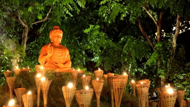 炎の松明に囲まれた仏像 meditates - 美術工芸品点の映像素材/bロール