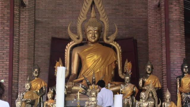 ms zo buddha statues at wat yai chai mongkhon temple / ayutthaya, thailand - アユタヤ県点の映像素材/bロール