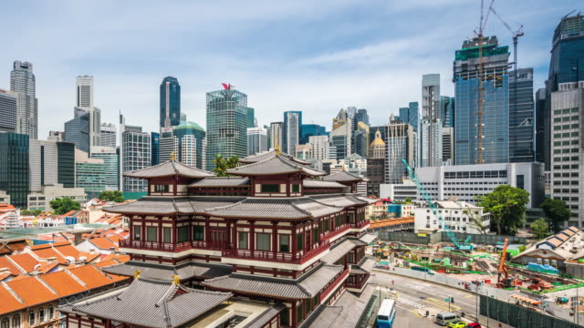 vidéos et rushes de t/l ws ha pan buddha tooth relic temple and singapore skyline / singapore - singapour
