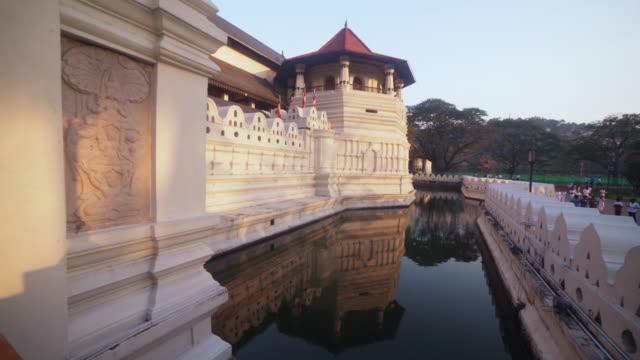 vidéos et rushes de buddha tooth relic temple at kandy, sri lanka - culture sri lankaise