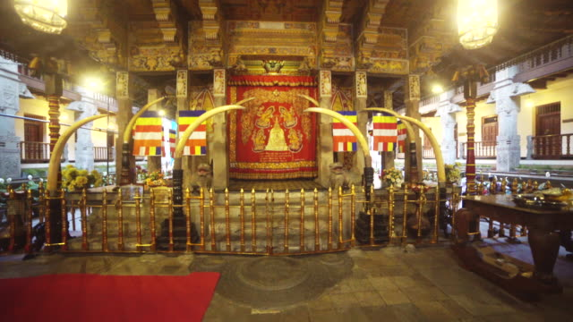 vídeos y material grabado en eventos de stock de buddha tooth relic temple indoors at kandy, sri lanka - templo