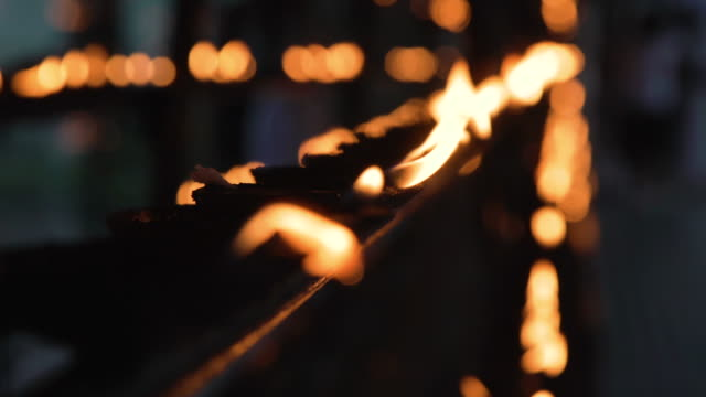 buddhism butter flames at buddha tooth relic temple at kandy, sri lanka - arte dell'antichità video stock e b–roll