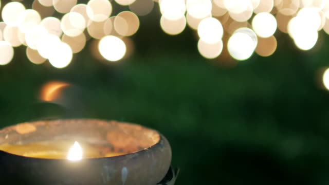 vídeos de stock e filmes b-roll de buddhism candle with circle light bokeh in way pan tao chiangmai thailand for background footage design - buda