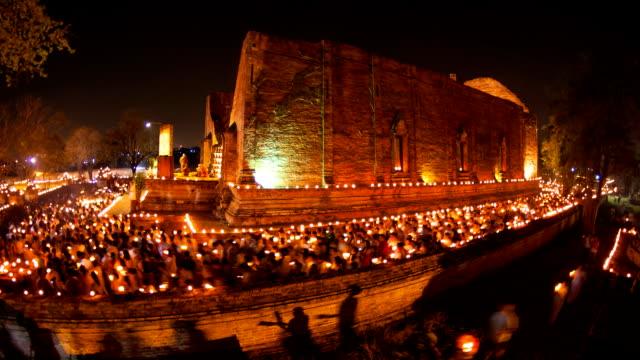 Buddhismus beleuchtete Kerzen trail um antike Tempel Zeitraffer