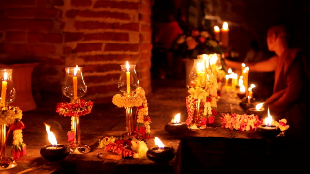 Buddhismus beleuchtete Kerzen trail um antike Tempel