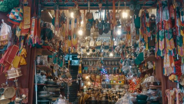 buddhist and tibetan stores,tibet,china. - お土産点の映像素材/bロール