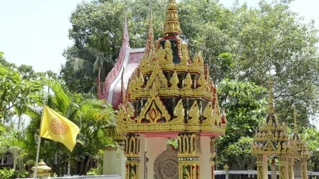 ms buddhist flag of thailand at wat na phra lan temple / mae nam, ko samui, thailand    - insel ko samui stock-videos und b-roll-filmmaterial