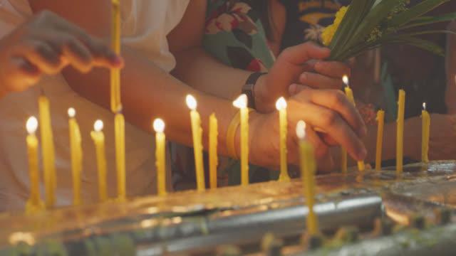 stockvideo's en b-roll-footage met de kaars van de lichten van de boeddhistische tempel - traditionele ceremonie