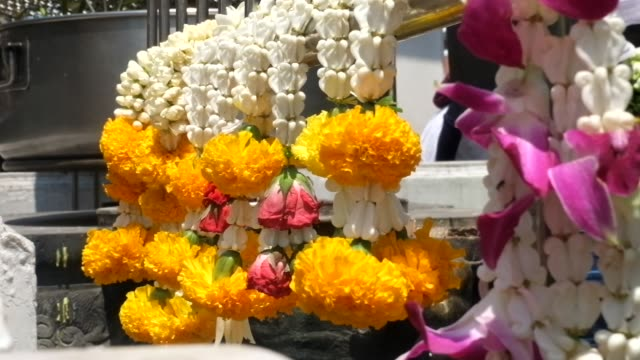 vídeos de stock e filmes b-roll de buddhist make merit with jasmine and marigolds wreaths - hinduísmo