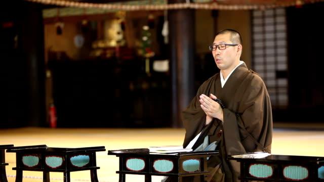 stockvideo's en b-roll-footage met boeddhistische monnik tijdens zijn morgengebed - apostel