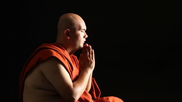 buddista novizio pregare - selimaksan video stock e b–roll